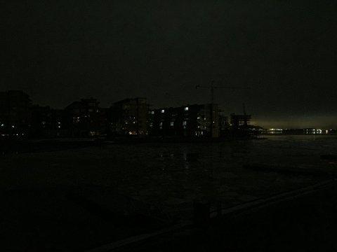 STORT STRØMBRUDD: Bildet er tatt fra Brygga mot Kaldnes. Sem, som ikke har mistet strømmen, lyser opp i bakgrunnen. Foto: Asbjørn Olav Lien