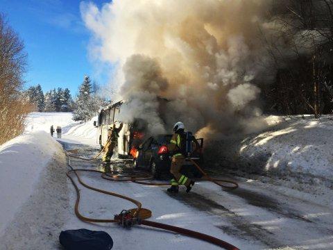 Bilen og bussen er totalskadd i brannen.