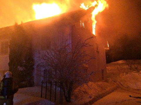 BRENNER NED: Det blåser kraftig og brannmannskapet jobber med å hindre spredning av flammene.
