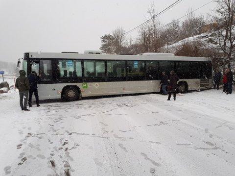 STÅR FAST: Rutebussen på Hvasser kommer verken fram eller tilbake etter å ha prøvd å snu.