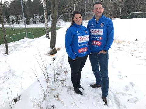 BYGGE HER? På området mellom gressbanen og de nye kunstgressbanene ser leder Gro Gulliksen og nestleder Thomas Lie i Teie Idrettsforening for seg det nye klubbhuset.