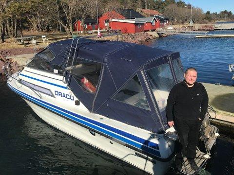 Hele vinteren gjennom har Lars Kaare Schei ventet på dette - å få båten ut på vannet. Nå er båtsesongen endelig i gang!