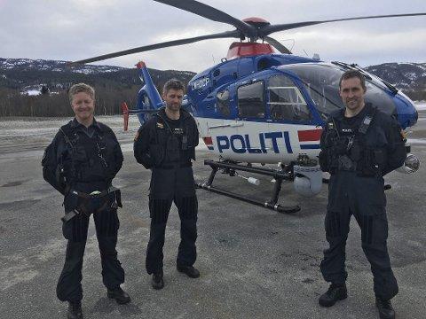 SER DEG: Politihelikopteret med systemoperatørene Jon Birger Skanke, Anders Norhagen og pilot Stian Ødegaard (t.h.) tar verstingene og de med dårlig atferd i påsketrafikken.