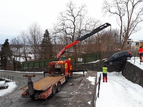 FIKK HJELP: Mannskaper fra Bilberging Vestfold fikk bilen opp igjen.