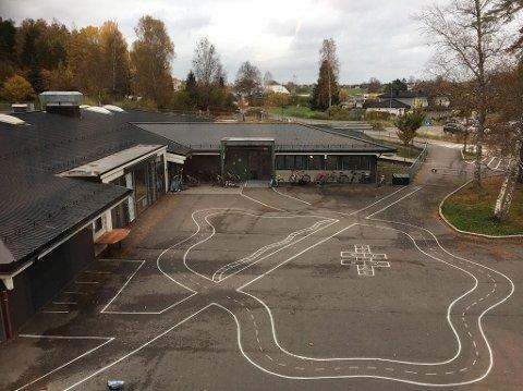 I KARANTENE: En avdeling med ti barn og fire voksne ved Sandeåsen barnehage må i karantene etter smittefunn fredag.