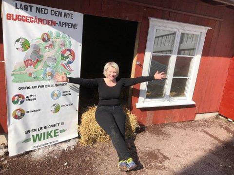 SELSKAPSSYK: Hanneli Bugge-Hansen gleder seg til å få besøk på gården. Her sitter hun utenfor det som var en garasje, men som nå har blitt en flunkende ny gårdskino.