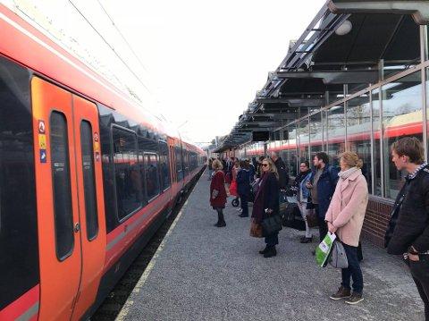 FORVIRRING: Reisende fra jernbanestasjonen i Tønsberg ble skeptiske da det ikke gikk an å kjøpe billett, fordi det sto utsolgt på automaten fredag ettermiddag.