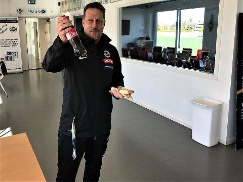 ROM OG COLA: Trener Morten Rom i storslag etter tre nye poeng og påskjønnelse fra Flint-kiosken. Etterpå kunne han avsløre at trenerteamet unnet seg en flaske rødt, med grønn Husøy-logo, på kontoret.