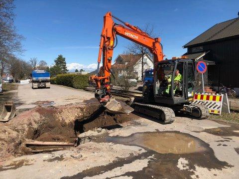 I GANG: Bydrift måtte grave opp veien for å reparere skaden.