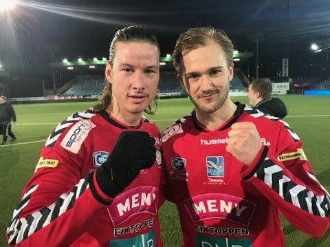 CUPHELTER: Johan Gulliksen (t.v.) og Jesper Horsinek jublet for avansement til 1. runde i fotball-NM med Eik. Nå møter de Sandefjord Fotball.