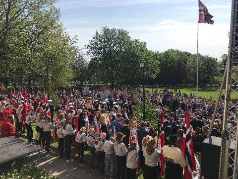MYE FOLK: Flere tusen mennesker var samlet i Gunnarsbøparken 17. mai. Men toalettene var stengt.