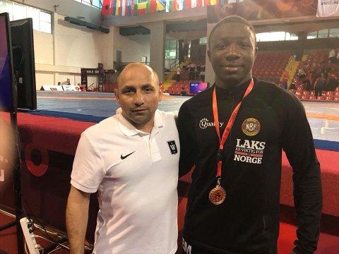 EM-BRONSE: Exauce Mukubu imponerte det internasjonale brytemiljøet med sitt comeback i EMs bronsefinale. Her sammen med treneren fra TK og Wang Tønsberg, Byolent Bozo.