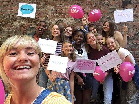 FULL JUBEL: Emilie K. Beck benyttet i går anledningen til å ta en selfie sammen med noen av ungdommene som har engasjert seg i saken. Bildet ble tatt i etterkant av at Stortinget vedtok å forby barneekteskap.