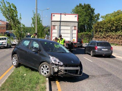 KOLLIDERT: En personbil og en lastebil kolliderte i ettermiddagsrushet torsdag.