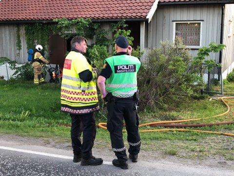 BRANN OG POLITI: Her står vakthavende brannsjef Einar Flogeland i samtale med politiets innsatsleder Geir Solberg.
