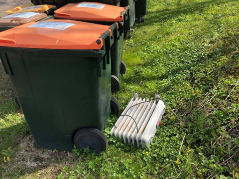 SLENGT: En oljefylt radiator ble funnet slengt på gresset ovenfor Nedre Haug gård på Tjøme.