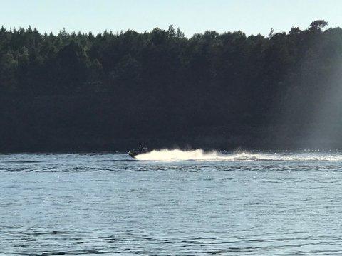 ULOVLIG: Denne vannscooteren med fører og passasjer ble observert i full fart i farvannet mellom Bjerkø og Ekornholmen i nasjonalparken onsdag. Denne ferdselen innebærer brudd på nasjonalparkens verneforskrift.