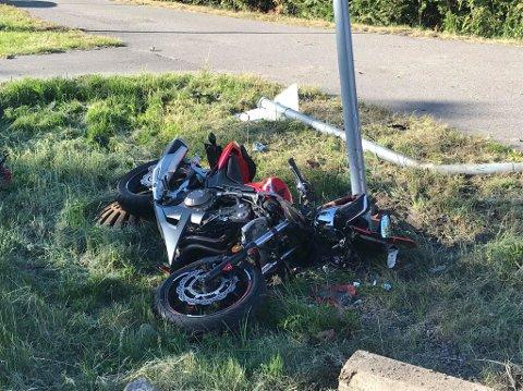 KJØRTE UTFOR VEIEN: En motorsykkelfører kjørte utfor Kirkeveien i 18.45-tiden.