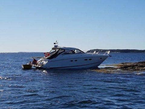 Cabincruiser på grunn på Fjæreskjær utenfor Husøy og Husvik