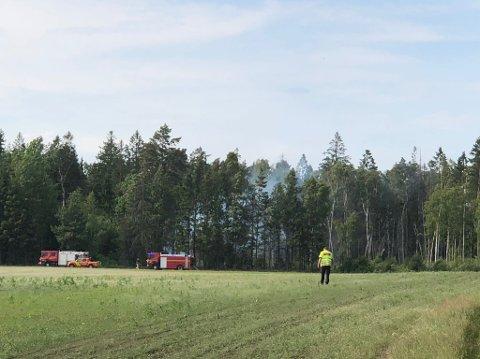 Brannmannskapene kjørte over et jorde for å komme tett på brannen.