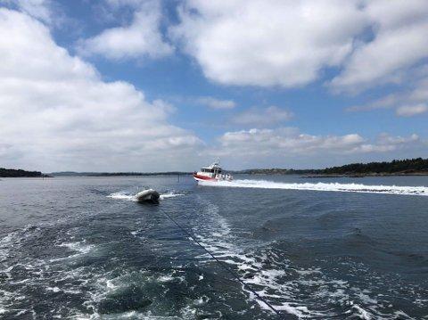PÅ VEI: Røde Kors-båten i full fart ut fjorden. Unnholmen ligger like sør for Lindholmen, midt i Tønsbergsfjorden.