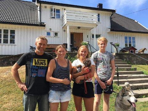 Asbjørn Bakkeland, Linda, Bakkeland, Kristina Bakkeland og Hermann Andreassen med to av hundene.