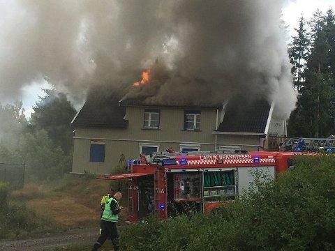 FLAMMER OG RØYK: En enebolig i Kodal står i brann mandag ettermiddag.