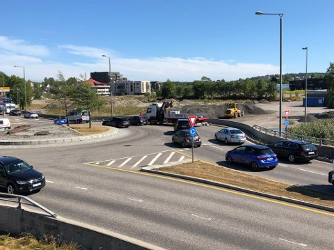 Lastebilen har stoppet i rundkjøringen ved avkjøringen til Frodeåstunnelen.