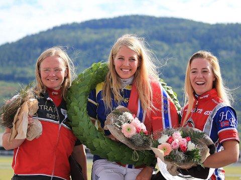 SPREKE MONTÉJENTER: Kristine Kvasnes (fra venstre), Siv Emilie Løvvold og Helene Kolle. Bildet er tatt under monté-NM på Drammen travbane 2018.