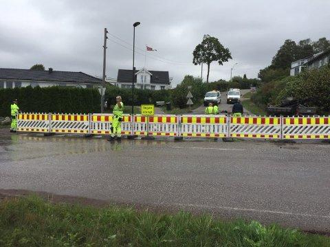 STENGT: Ulvikveien er inntil videre stengt etter vannlekkasjen.