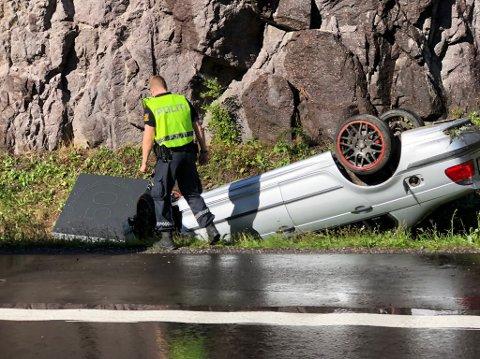 PÅ TAKET: Fem personer skal ha vært i bilen da ulykken skjedde. Ingen av dem skal ha blitt skadet.