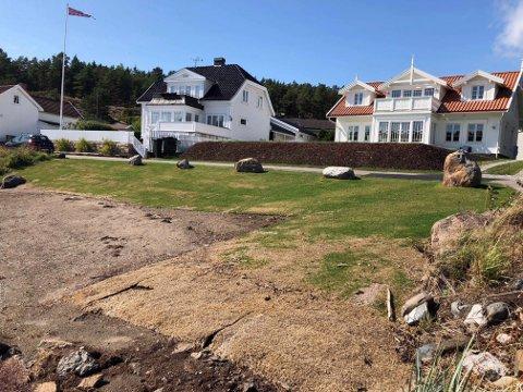 LEIER: Merete Natalie Hagen Schill eier huset til høyre og leier denne strandparsellen i Årøysund på Nøtterøy.