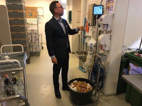 VIKTIGE DETALJER: Søppelbøtta blir veid flere ganger om dagen. Hotelldirektør Øyvind Hagen er opptatt av at avfallsmengden skal holdes så lav som mulig.