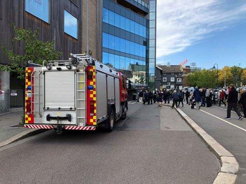 EVAKUERT: Alle måtte ut av senteret da det brøt ut brann i en rulletrapp torsdag formiddag.