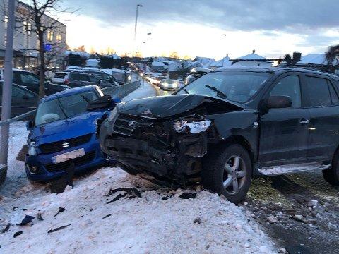 FRONT MOT FRONT: En bil skal ha kommet over i motsatt kjørefelt og truffet den andre bilen.