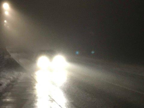 TÅKETE: Mandag blir det grått og tåkete – det kan føre til vanskelige kjøreforhold.