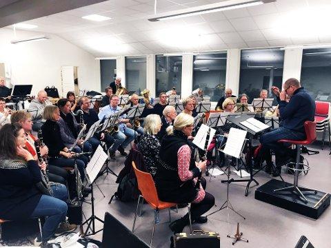 Hver tirsdag året igjennom møtes Tønsberg Musikkorps av 1919 til øving, underledelse av dirigent Eyvind Klæbo Helseth. Denne tirsdagen var intet unntak.