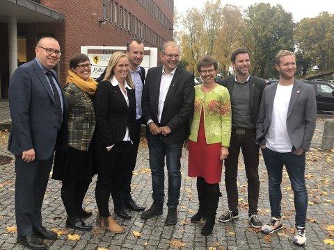 Fylkesordfører Terje Riis-Johansen (SP), omflanket av rødgrønne koalisjonspartnere: Arve Høiberg (AP) (t.v), Maja Foss Five (AP), Mette Kalve (AP), Sven Tore Løkslid (AP), Kathrine Kleveland (SP), Truls Vasvik (AP) og Ådne Naper (SV)