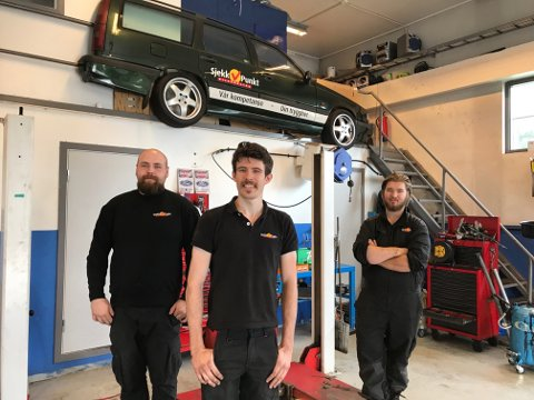 GJENGEN: Fra venstre: Per Ivar Hellevangsdal (daglig leder), Harvey Denis Lansley (kundemottaker) og Elias Larsen Nelvik (mekaniker).