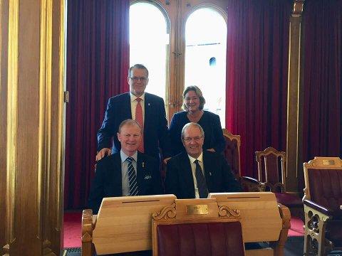 Alf Johan Svele, Cathrine Gulbrandsen, Erlend Larsen og Petter Berg på Vestfoldrepresentantenes plasser i Stortingssalen.