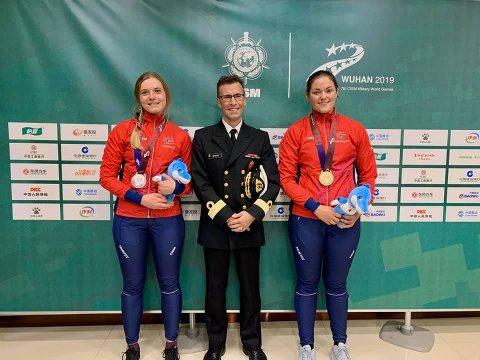 GULL OG SØLV: Jeanette Hegg Duestad (til høyre) og Katrine Lund har mottatt sine medaljer i Kina.