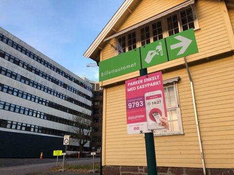 IKKE SÅ ENKELT FOR ALLE: Parkeringsopplegget rundt Sykehuset i Vestfold frusterer flere.