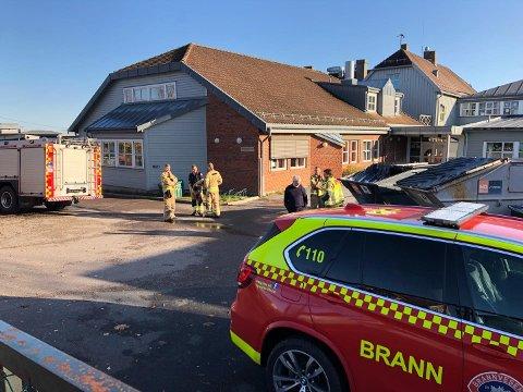 BRANN: Brannvesenet måtte rykke ut til en brann i en container ved Husvik skole.