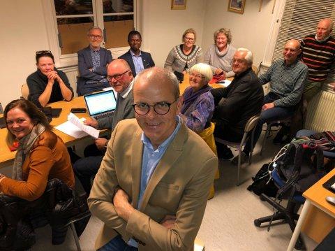 NY ORDFØRER: Her er gjengen som har pekt på Jon Sanness Andersen (nærmest) som ny ordfører i Færder kommune. Fra venstre: Hilde Hauge (Sp), Cathrine Palm Spange (Ap), Rolf Ekenes (KrF), Muctarr Koroma (KrF), Gry Dillan (Felleslista), Tone Kalheim (Felleslista), Stein Vidar Samuelsen (Felleslista) og Richard Fossum (stående, ny varaordfører, Sp). Sittende til venstre for Andersen: Tor Birkeland (MDG); til høyre: Randi Hagen Fjellberg (MDG) og Jørn Magdahl (Felleslista).