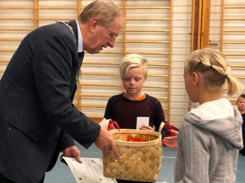 PREMIEUTDELING: Ordfører Petter Berg delte ut førstepremien til klasse 4B ved Presterød skole. Her representert ved Ådne Wigernes Stuvøy og Othilie Berger-Tangen.