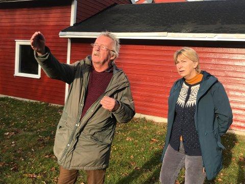 VIL BYGGE: Sverre og Mai Solhaug har fått tillatelse, men får ikke starte byggingen av en sjøbod og et svømmebasseng på grunn av en naboklage.