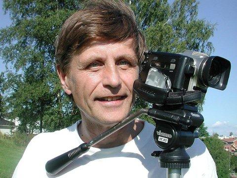FAST FØLGE: Slik husker de fleste Rolf Olsen. I nærmere 40 var han å finne bak videokameraet sitt på Eik- og FK Tønsberg-kamper.