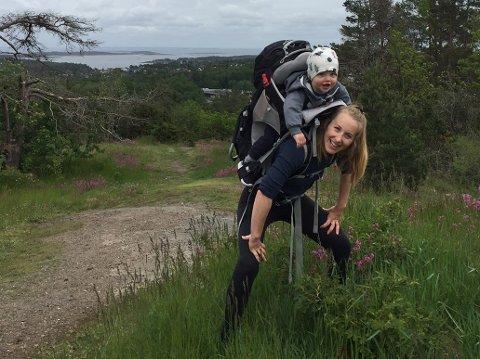 TURGLAD: Solveig Østby ser frem til å kunne ta med seg en hund ut på tur. Her er hun sammen med sønnen.