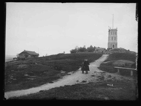 SLOTTSFJELLET: Dette bildet ble tatt på starten av 1900-tallet. Du legger kanskje spesielt merke til én ting som har forandret seg?