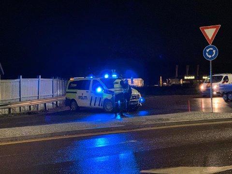 SPERRER VEIEN: Politiet har tatt oppstilling ved rundkjøringen på Jarlsberg.